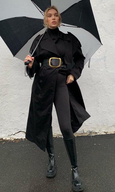 Elsa Hosk confirma que se llevan las gabardinas (pero en color negro)