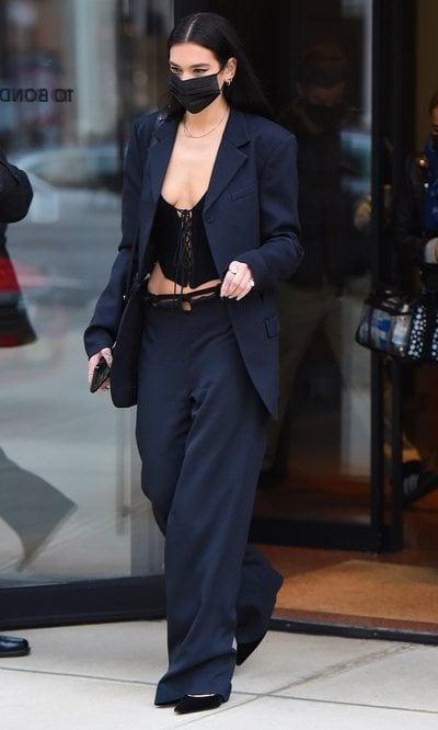 Dua Lipa confirma que la tendencia de los pantalones de tiro bajo también se lleva en los trajes