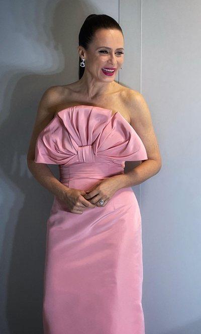Aitana Sánchez-Gijón sorprende apostando por Carolina Herrera en los Premios Forqué 2021