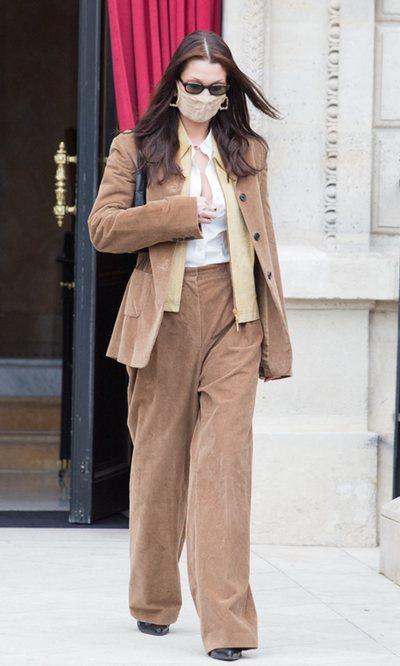 Bella Hadid convierte la pana en el tejido perfecto para un look business woman