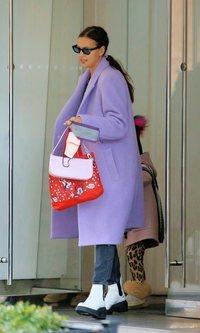 Irina Shayk apuesta por combinar abrigo y mascarilla