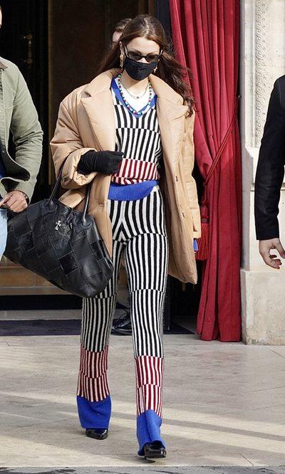 Bella Hadid sabe cuál es el estampado que más estiliza la figura