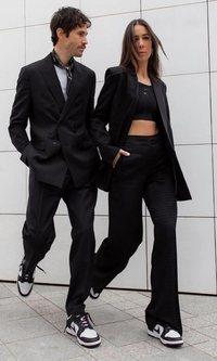 Alice Barbier y JS Roques (@jaimetoutcheztoi) tienen claro que los trajes se llevan con estas deportivas