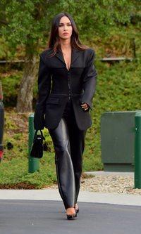 Megan Fox sigue los pasos de Hailey Biber y apuesta por todo al negro y al neón