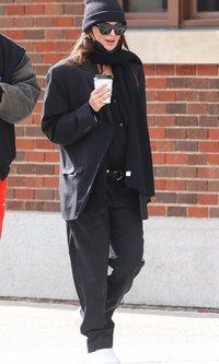 Emily Ratajkowski tiene claro que los trajes de su marido son la ropa premamá perfecta