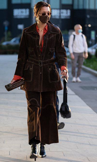 El look con el que Bella Hadid ha aterrizado en Milán al que no le falta tendencia