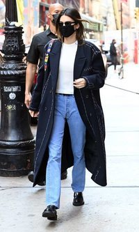 Kendall Jenner y el look effortless que apuesta todo a un abrigo de paño