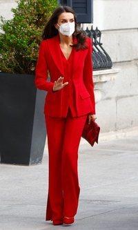 La Reina Letizia acierta por sexta vez con el traje rojo de Roberto Torretta