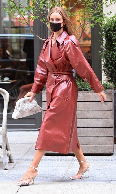 Rosie Huntington-Whiteley demuestra que basta con un abrigo para tener lookazo