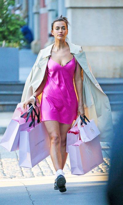 Irina Shayk demuestra la versatilidad de los camisones de Victoria's Secret
