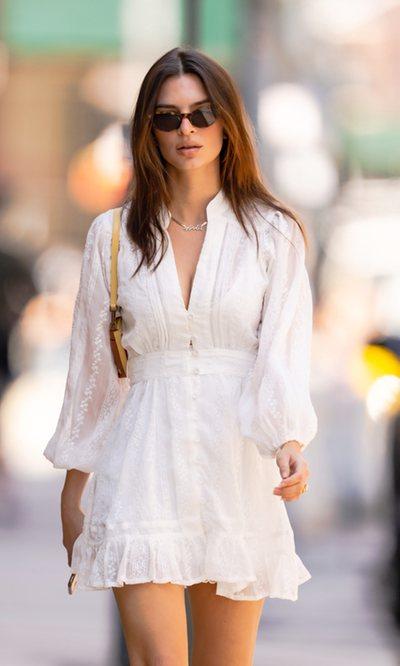 Emily Ratajkowski tiene el look ibicenco que nunca falla cuando hace buen tiempo